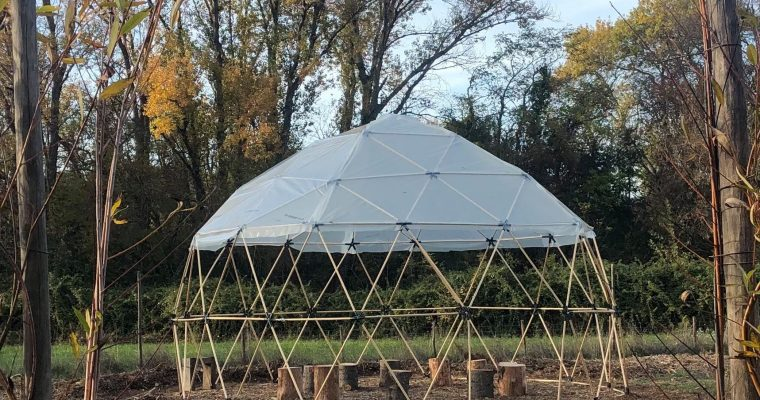 Construction d'un géodôme au jardin-forêt